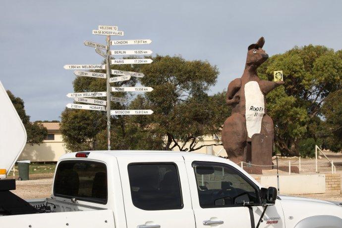 Rooey Giving Directions at the SA/WA Border